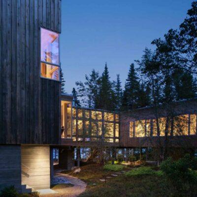 L'esterno della cabina è rivestito in legno che ha una bella patina invecchiata