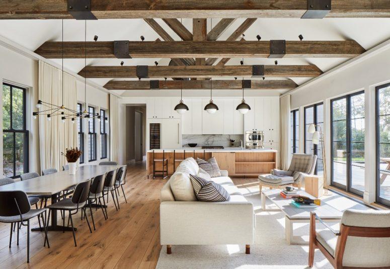 Lo spazio principale è un layout aperto che comprende una sala da pranzo, un soggiorno e una cucina