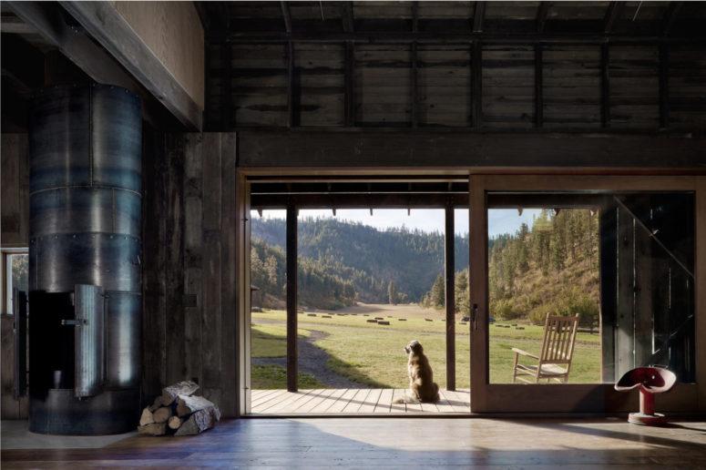 La casa è il più possibile indoor-outdoor, ci sono porte vetrate per portare vista e luce