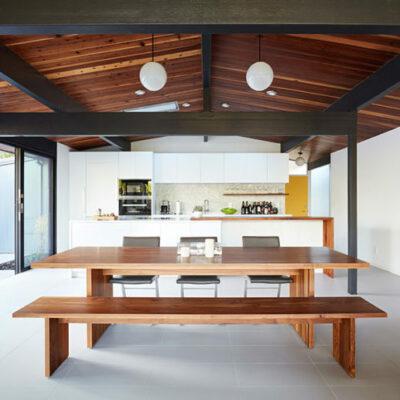 Lo spazio principale è un layout aperto con cucina, sala da pranzo e soggiorno, con pareti vetrate e lucernari