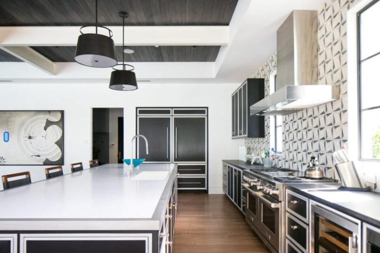 La cucina è realizzata con mobili ed elettrodomestici in acciaio inossidabile, ci sono pareti a mosaico