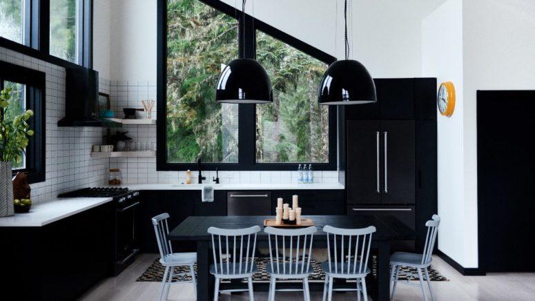 La sala da pranzo e lo spazio cucina sono realizzati in una combinazione di colori monocromatici, è in bianco e nero