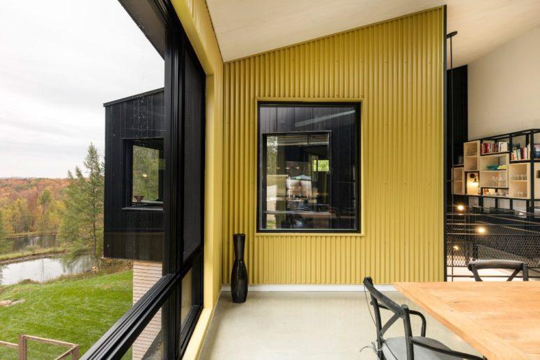 I progettisti hanno utilizzato vari materiali per esterni all'interno per creare l'impressione di essere all'esterno
