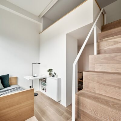 I progettisti hanno utilizzato il soffitto alto - 3,4 metri per creare due livelli nell'appartamento