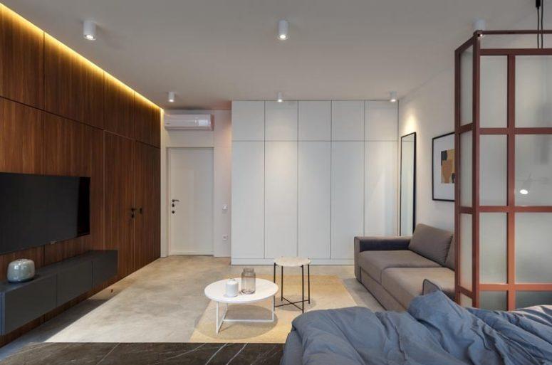 L'ingresso è unito al soggiorno, c'è un grande mobile contenitore bianco e basta