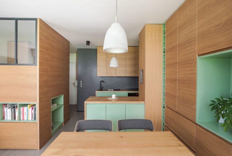 L'intero appartamento è realizzato in rovere chiaro, con tocchi di verde brillante