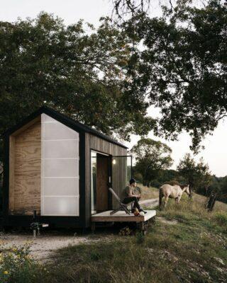 C'è un piccolo ponte che collega la cabina alla natura e dove il proprietario può sedersi e godersi l'aria fresca