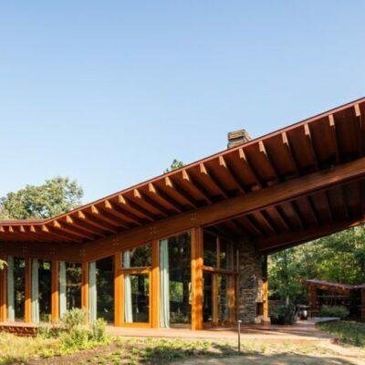 La struttura principale è realizzata in varie essenze di legno che le conferiscono una morbida tavolozza di toni naturali, lo stesso vale per l'arredamento interno
