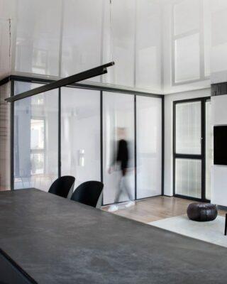 Appartamento minimalista con una camera da letto in una scatola di plastica