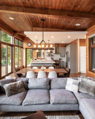 Cottage contemporaneo sul lago fatto con materiali naturali