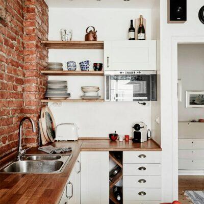 Cucine eleganti con pareti e soffitti di mattoni