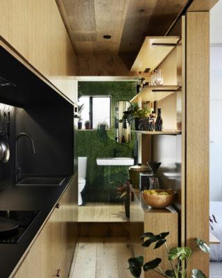Piccolo appartamento di 35 mq con mobili da incasso in legno naturale