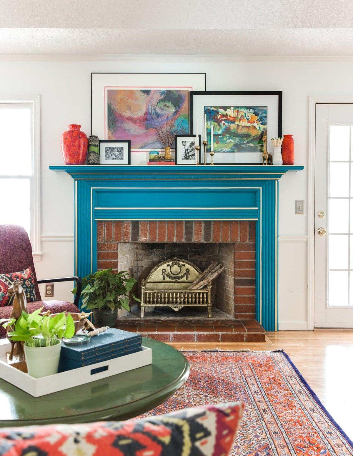 un luminoso soggiorno moderno della metà del secolo con una mensola blu audace con cornice bianca su un camino in mattoni per la massima eleganza