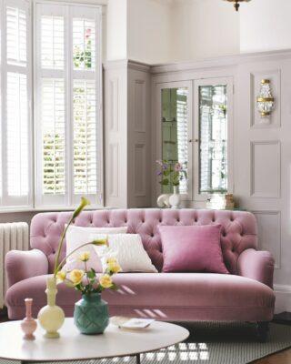 Divano rosa in soggiorno
