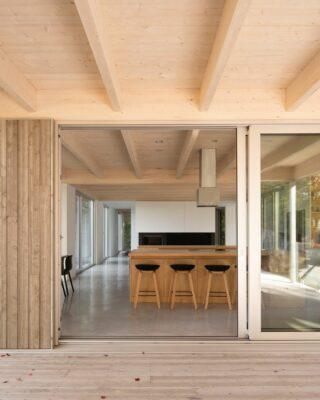 Moderna casa di legno su palafitte di tre metri
