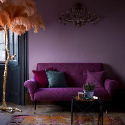 idee per integrare un divano viola nel tuo spazio