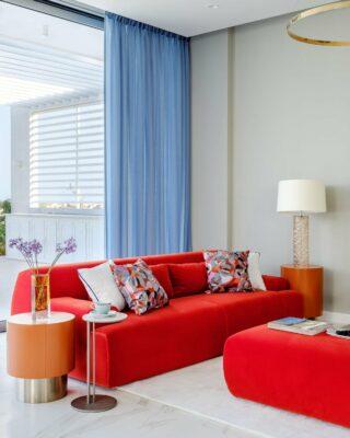 Salotto con divano rosso